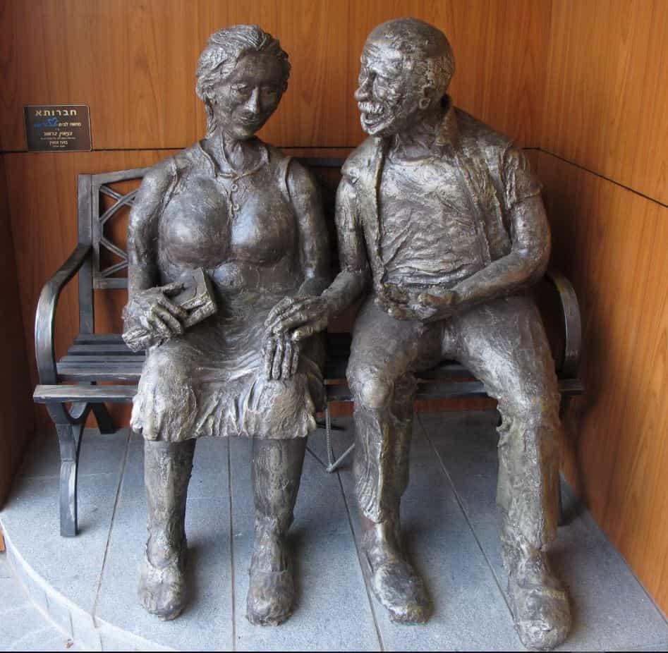 """פסל """"חברותא"""", המוצג בכניסה לבית, אותו יצר בני מור."""